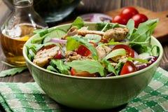 Φρέσκια σαλάτα με το κοτόπουλο, τις ντομάτες και το arugula στο πιάτο Στοκ Εικόνες