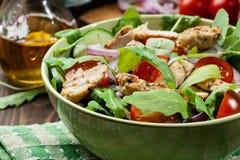 Φρέσκια σαλάτα με το κοτόπουλο, τις ντομάτες και το arugula στο πιάτο Στοκ εικόνα με δικαίωμα ελεύθερης χρήσης