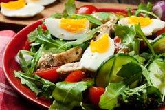 Φρέσκια σαλάτα με το κοτόπουλο, τις ντομάτες, τα αυγά και το arugula στο πιάτο Στοκ εικόνα με δικαίωμα ελεύθερης χρήσης