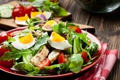Φρέσκια σαλάτα με το κοτόπουλο, τις ντομάτες, τα αυγά και το arugula στο πιάτο Στοκ Εικόνες