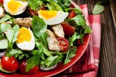 Φρέσκια σαλάτα με το κοτόπουλο, τις ντομάτες, τα αυγά και το arugula στο πιάτο Στοκ Εικόνα