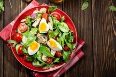 Φρέσκια σαλάτα με το κοτόπουλο, τις ντομάτες, τα αυγά και το arugula στο πιάτο Στοκ Φωτογραφίες
