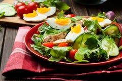 Φρέσκια σαλάτα με το κοτόπουλο, τις ντομάτες, τα αυγά και το arugula στο πιάτο Στοκ Φωτογραφία