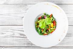 Φρέσκια σαλάτα με το κουνουπίδι, arugula, μαρούλι, ντομάτες κερασιών, αγγούρι, γλυκό πιπέρι στο ξύλινο υπόβαθρο Στοκ φωτογραφία με δικαίωμα ελεύθερης χρήσης