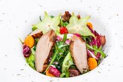 Φρέσκια σαλάτα με το στήθος, το arugula, το μαρούλι, το κουνουπίδι, τα physalis και το carambola κοτόπουλου στο πιάτο στο ξύλινο  Στοκ εικόνες με δικαίωμα ελεύθερης χρήσης