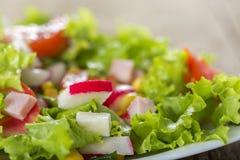 Φρέσκια σαλάτα που γίνεται με το τυρί, το λαχανικό και το ζαμπόν Στοκ Φωτογραφίες