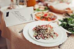 Φρέσκια σαλάτα σε έναν εξυπηρετούμενο πίνακα Στοκ Φωτογραφία