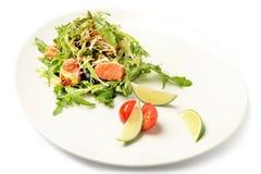 Φρέσκια σαλάτα σολομών και ruccola στο πιάτο που απομονώνεται στο λευκό Στοκ Φωτογραφία
