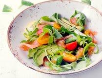Φρέσκια σαλάτα σολομών με τις ντομάτες κερασιών, arugula, σπανάκι και Στοκ φωτογραφία με δικαίωμα ελεύθερης χρήσης