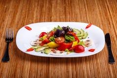 Φρέσκια σαλάτα στον πίνακα Στοκ Φωτογραφία