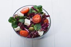 Φρέσκια σαλάτα στο κύπελλο γυαλιού με την ντομάτα Στοκ φωτογραφίες με δικαίωμα ελεύθερης χρήσης