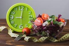 Φρέσκια σαλάτα στο κύπελλο γυαλιού με την ντομάτα Στοκ Εικόνα
