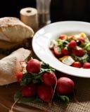 Φρέσκια σαλάτα στο πιάτο Στοκ φωτογραφία με δικαίωμα ελεύθερης χρήσης