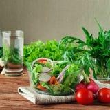 Φρέσκια σαλάτα των θερινών λαχανικών σε ένα βαθύ κύπελλο του γυαλιού Στοκ Εικόνα