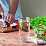 Φρέσκια σαλάτα των θερινών λαχανικών σε ένα βαθύ κύπελλο του γυαλιού Στοκ Φωτογραφίες