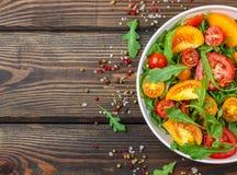 Φρέσκια σαλάτα των κόκκινων, ρόδινων και κίτρινων ντοματών με το arugula Στοκ φωτογραφία με δικαίωμα ελεύθερης χρήσης