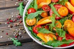 Φρέσκια σαλάτα των κόκκινων, ρόδινων και κίτρινων ντοματών με το arugula Στοκ φωτογραφίες με δικαίωμα ελεύθερης χρήσης