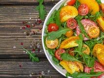 Φρέσκια σαλάτα των κόκκινων, ρόδινων και κίτρινων ντοματών με το arugula Στοκ Εικόνες