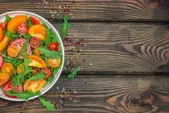 Φρέσκια σαλάτα των κόκκινων, ρόδινων και κίτρινων ντοματών με το arugula Στοκ εικόνα με δικαίωμα ελεύθερης χρήσης
