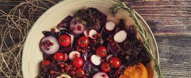 Φρέσκια σαλάτα φρούτων και λαχανικών στο πιάτο ή στο κύπελλο στο woode Στοκ Φωτογραφία