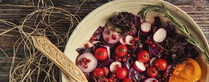 Φρέσκια σαλάτα φρούτων και λαχανικών στο πιάτο ή στο κύπελλο στο woode Στοκ εικόνα με δικαίωμα ελεύθερης χρήσης