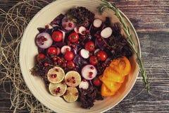 Φρέσκια σαλάτα φρούτων και λαχανικών στο πιάτο ή στο κύπελλο στο woode Στοκ Εικόνες