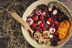 Φρέσκια σαλάτα φρούτων και λαχανικών στο πιάτο ή στο κύπελλο στο woode Στοκ Εικόνα