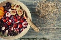 Φρέσκια σαλάτα φρούτων και λαχανικών στο πιάτο ή στο κύπελλο στο woode Στοκ φωτογραφία με δικαίωμα ελεύθερης χρήσης
