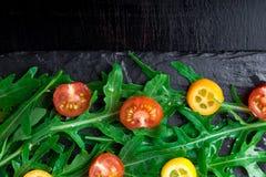 Φρέσκια σαλάτα arugula με το κεράσι κουμκουάτ και ντοματών στο πιάτο πλακών Τοπ όψη τρόφιμα υγιή σιτηρέσιο Στοκ Φωτογραφία