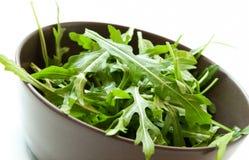 Φρέσκια σαλάτα Arugula σε ένα κύπελλο Στοκ Εικόνες