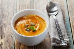 Φρέσκια σούπα καρότων στο άσπρο κύπελλο, διαιτητική φυτική σούπα Στοκ Φωτογραφίες