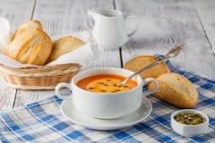 Φρέσκια σούπα καρότων στο άσπρο κύπελλο, διαιτητική φυτική σούπα, αγροτική Στοκ Εικόνες