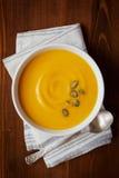Φρέσκια σούπα κρέμας κολοκύθας φθινοπώρου στο κύπελλο Στοκ Εικόνα