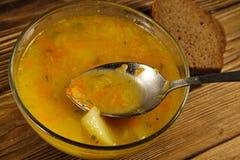 Φρέσκια σούπα μπιζελιών στο κύπελλο γυαλιού στον πίνακα Κουτάλι με τη σούπα Στοκ φωτογραφία με δικαίωμα ελεύθερης χρήσης