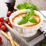 Φρέσκια σούπα ντοματών με το βασιλικό και την κρέμα Στοκ Εικόνες