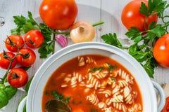 Φρέσκια σούπα ντοματών που γίνεται ââof τα λαχανικά Στοκ Εικόνες