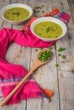 Φρέσκια σούπα πράσινων μπιζελιών με τους σπόρους μπιζελιών Στοκ Φωτογραφίες