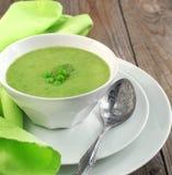 Φρέσκια σούπα πράσινων μπιζελιών (εκλεκτική εστίαση) Στοκ φωτογραφία με δικαίωμα ελεύθερης χρήσης