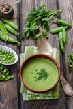 Φρέσκια σούπα πράσινων μπιζελιών με τους σπόρους μπιζελιών και τους λοβούς μπιζελιών Στοκ φωτογραφία με δικαίωμα ελεύθερης χρήσης