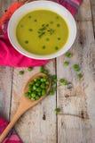 Φρέσκια σούπα πράσινων μπιζελιών με τους σπόρους μπιζελιών Στοκ Φωτογραφία