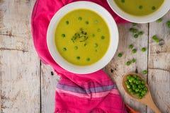 Φρέσκια σούπα πράσινων μπιζελιών με τους σπόρους μπιζελιών Στοκ φωτογραφία με δικαίωμα ελεύθερης χρήσης