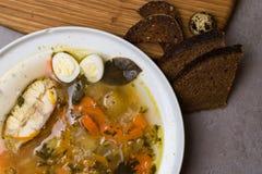 Φρέσκια σούπα ψαριών με τα λαχανικά, τα χορτάρια και τα αυγά στο άσπρο πιάτο Σούπα με τα συστατικά, τα καρυκεύματα, το ρύζι και τ Στοκ φωτογραφίες με δικαίωμα ελεύθερης χρήσης
