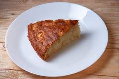 Φρέσκια σπιτική πίτα της Apple με μια κρούστα Flakey στο άσπρο πιάτο Στοκ φωτογραφίες με δικαίωμα ελεύθερης χρήσης
