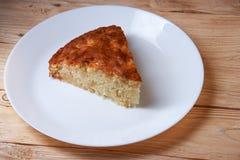 Φρέσκια σπιτική πίτα της Apple με μια κρούστα Flakey στο άσπρο πιάτο Στοκ Εικόνες