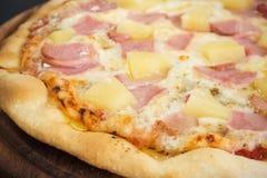 Φρέσκια σπιτική πίτσα καυτός φούρνος Πίτσα Hawiian Αγαπημένο TAS Στοκ φωτογραφίες με δικαίωμα ελεύθερης χρήσης