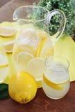 φρέσκια στάμνα λεμονάδας γυαλιών Στοκ εικόνες με δικαίωμα ελεύθερης χρήσης