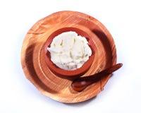 Φρέσκια στάρπη στο δοχείο αργίλου με το πιάτο φύλλων φοινίκων Στοκ Εικόνες