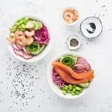 Φρέσκια συνταγή θαλασσινών Κύπελλο σπρωξίματος σολομών γαρίδων με τη φρέσκια γαρίδα, καφετί ρύζι, αγγούρι, παστωμένο γλυκό κρεμμύ Στοκ φωτογραφία με δικαίωμα ελεύθερης χρήσης
