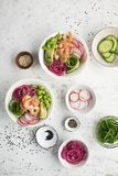 Φρέσκια συνταγή θαλασσινών Κύπελλο σπρωξίματος σολομών γαρίδων με τη φρέσκια γαρίδα, καφετί ρύζι, αγγούρι, παστωμένο γλυκό κρεμμύ Στοκ Φωτογραφίες