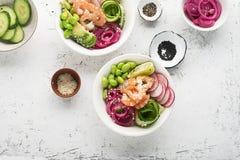 Φρέσκια συνταγή θαλασσινών Κύπελλο σπρωξίματος σολομών γαρίδων με τη φρέσκια γαρίδα, καφετί ρύζι, αγγούρι, παστωμένο γλυκό κρεμμύ Στοκ Εικόνα